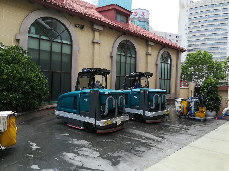 坦能驾驶式洗地机