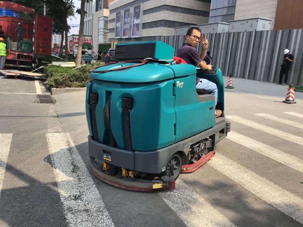 驾驶式洗地机的性能特点是什么?