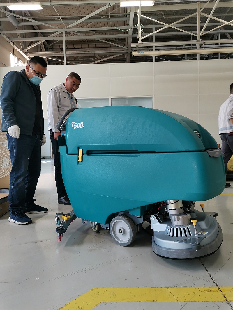 坦能手推式洗地机