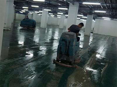 青岛某小区地下车库进水,租赁坦能驾驶式洗地机T17、T7救场